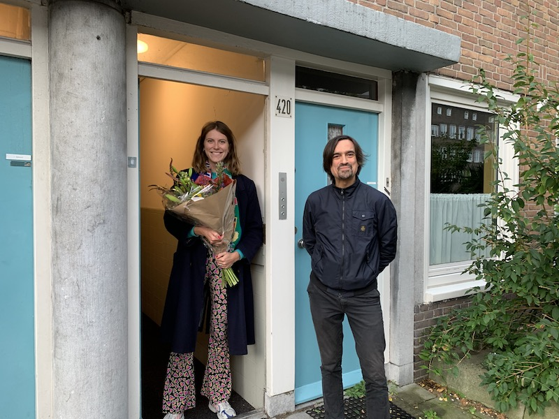 Eric de Vroedt feliciteert Femke met het winnen van het stipendium